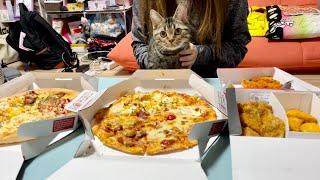 宅配ピザパーティー中に我慢できず参加しにきてしまった子猫w
