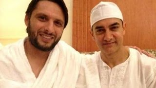 Aamir Khan greets Pakistan all-rounder Shahid Afridi in Mecca