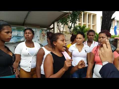 Ver video.- Familiares de Un hombre muerto  sector Ríochil de Barahona piden justicia frente al tribunal