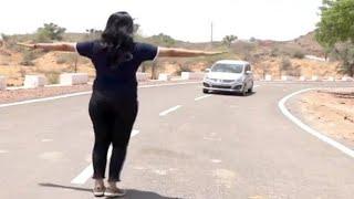 इस लड़की का कमाल देखीए गाड़ी वाले को कैसे लुटती हैं