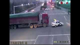Truck Drivers Detained for Traffic Violation in E China