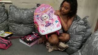 A modelo mirim ketly Thaís Sousa mostrando como arumar a mochila