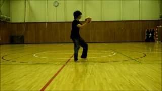 ドッジボール 投げる練習 変化球(カーブ・シンカー)を投げています