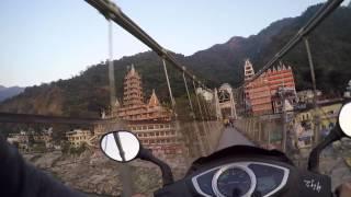 Купание в священной реке Ганге и поездка по пешеходному мосту на байке | Индия 3(Решили искупаться в священной реке несмотря на холодную горную воду. Следующее видео: https://youtu.be/hS7eVSvwuaU Пред..., 2014-11-27T01:14:37.000Z)
