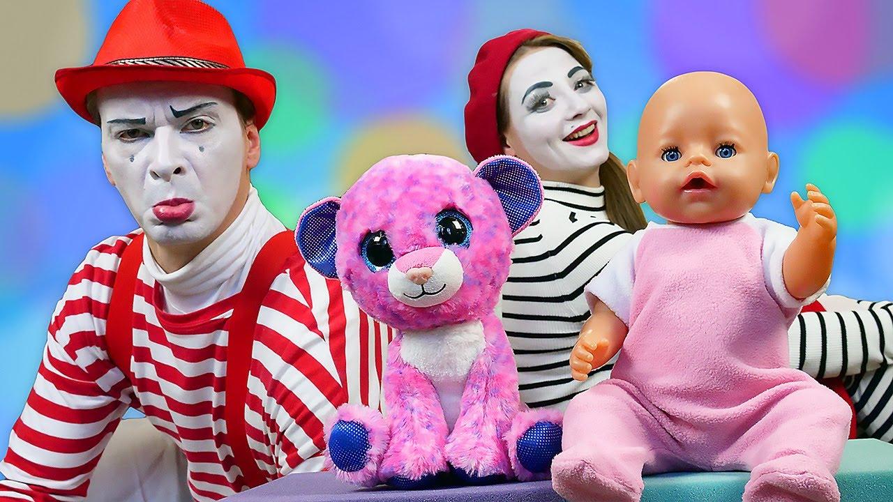 Baby Born und das Kätzchen. Spielzeug Video mit Puppen und Plüschtieren
