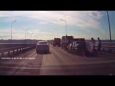 Ульяновск ДТП на Президентскому мосту. Ваз въехал в КАМАЗ
