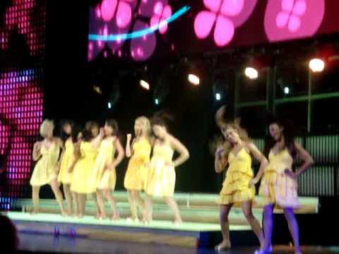 11 Halo/Walking on Sunshine - Glee Live! Tour