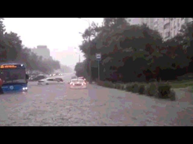 В Москве из-за сильного ливня затопило автодорогу