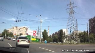 Проезд перекрестка с круговым движением на Порика. Жёлтый и компания