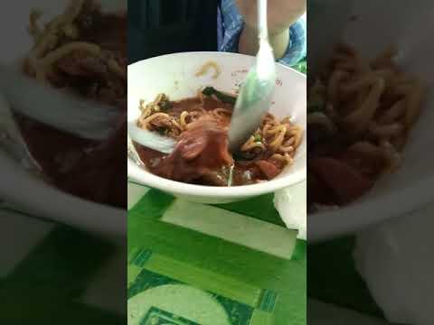 Kepala tikus dalam mangkok mie ayam di kedai gajah mungkur