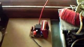 Передача электроэнергии без обратного провода.(Более подробно смотрите тут - http://www.teslatech.com.ua/index.php?option=com_content&view=article&id=2&Itemid=4 Демонстрация передачи электрич., 2010-04-14T13:30:23.000Z)
