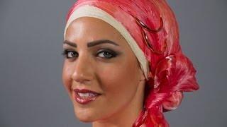 موديلات حجاب  مع حجاب زهري وأساور ذهبية