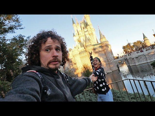 Mi novia insistió que viajáramos aquí...   Disney