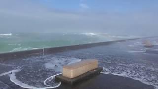 台風のうねりがあると堤防の上も安全ではありません。真似しない下さい。本当に怖かったんです。和歌山釣太郎 thumbnail