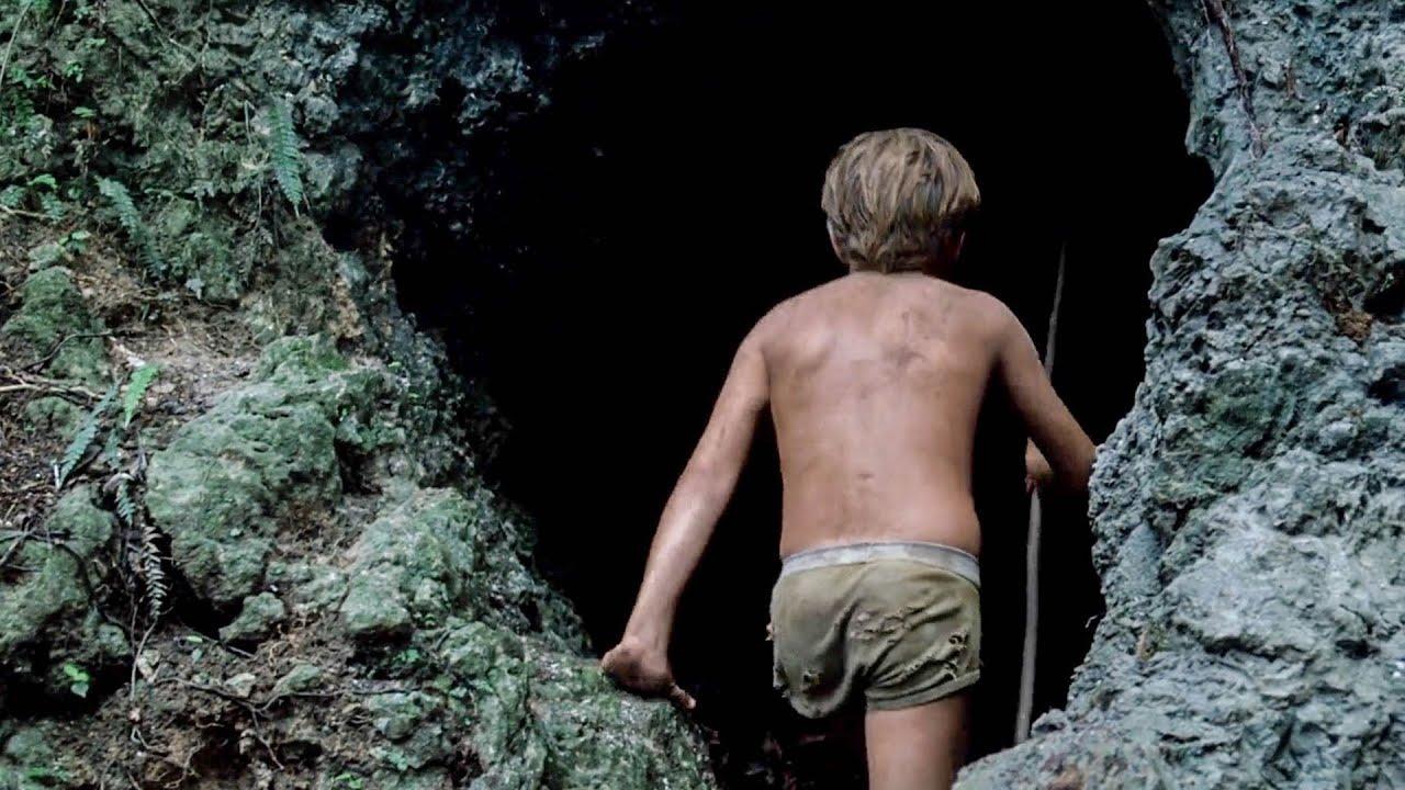 【穷电影】少年流落荒岛,发现一个有怪声的山洞,走进去后吓的拔腿就跑