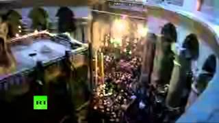 Церемония Благодатного огня в храме Гроба Господня в Иерусалиме(Прямая трансляция. Паломники со всего мира заполняют площадь перед храмом Гроба Господня в Иерусалиме,..., 2015-04-11T12:25:07.000Z)