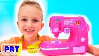 Vlad e mamãe brincando com a máquina de costura de brinquedo