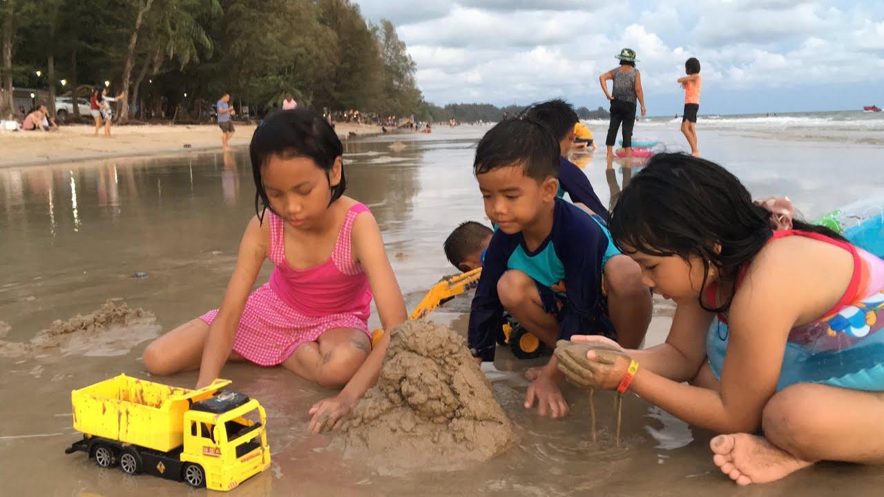 เด็กๆเล่นทราย เล่นน้ำทะเลหาดเจ้าหลาว จันทบุรี | FocusToys