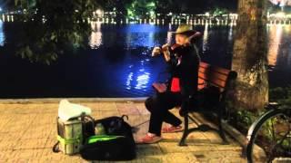 Ông lão chơi violong ở bờ hồ cực đỉnh đêm noel