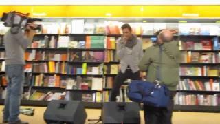 Marco Mengoni alla Feltrinelli di Roma canta: Psycho Killer