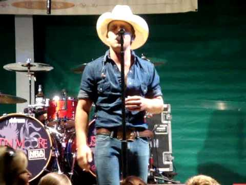 Justin Moore performing Outlaws like me