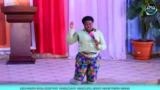 VIDEO: UBUHAMYA BWUZUYE BWA WA MUKOBWA WAMUGAYE AMAGURU YOMBI ARIKO AGASIRIMBIRA IMANA KURUSHA ABA