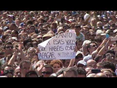 Un silenci ensordidor contra el terrorisme a la plaça Catalunya
