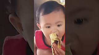 A cute baby eating a banana for the first time😂😂