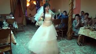 Девушка поет жениху песню на свадьбе