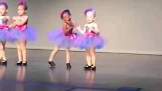 Дети смешно танцуют!