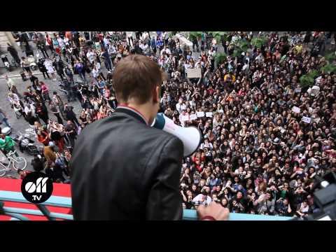 Justin Bieber chante au balcon @ Universal Paris