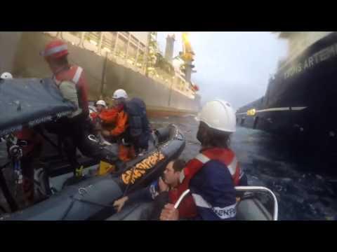 La armada colisiona contra los botes de los activistas de Greenpeace en Canarias