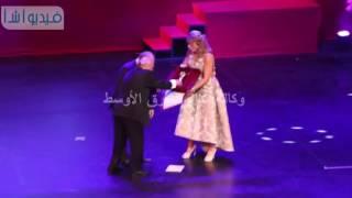 """بالفيديو : شاهد موقف محرج للمخرجه """" ايناس الدغيدي """"  اثناء تكريمها  بمهرجان القومى للسينما"""