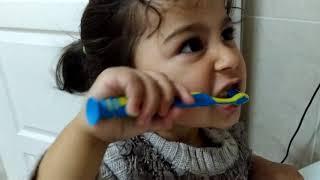 O da Ne! Ayşe Ebrar'ın Ağzı Çok Kötü Kokuyor. Sakın Şarkı Söyleme ! Dişlerini Fırçala.