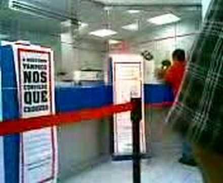 Cajero del banco HSBC Mexico hablando por telefono
