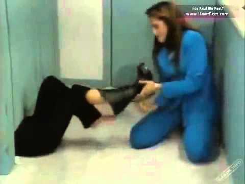 Tickled women's feet (El amor no es como lo pintan)