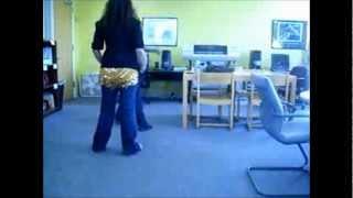 رقص فاضح في المكتبة