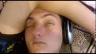 Чувак спит с открытыми глазами)
