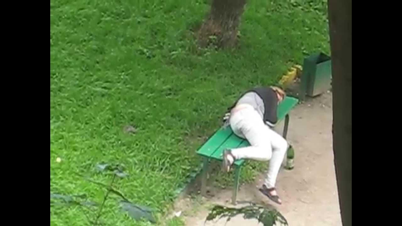 пьяная женщина в кустах - 13