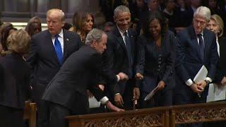 شاهد: ماذا أعطى جورج بوش الابن لميشيل أوباما في مراسم جنازة والده؟…