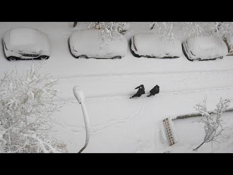 Download Miles de conductores atrapados en las carreteras por la nevada que ha obligado a cerrar Barajas