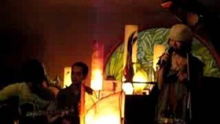 バンドTrio de Love Lifeが2008年5月にレストラン白龍館でのライブ...