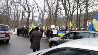 Азарова пикетировали в Вене Евромайдан нашел его и там!