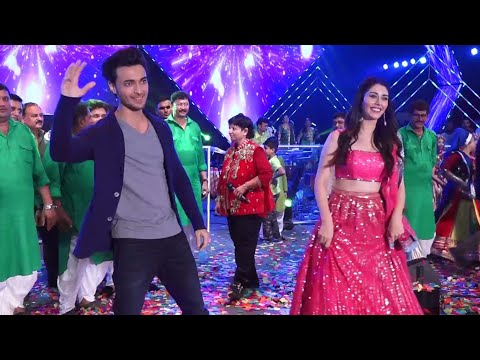 Aayush Sharma And Warina Hussain Dancing On Chogada Tara Rangila Tara At Navaratri Festival 2018