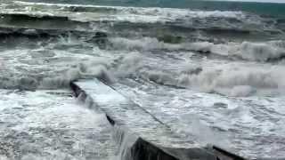 видео: Бархатный сезон в Сочи   2014 5  Дикий шторм на море