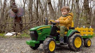 Лёва Весело ездит на Большом тракторе и кормит динозавров сквишами