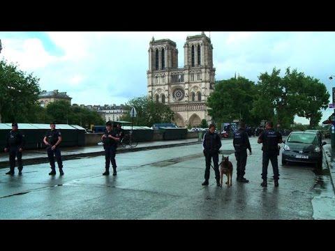 Attentat: panique des touristes devant Notre-Dame (témoin)