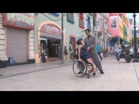 Sobre ruedas y sin límites, así se baila el tango en la capital argentina