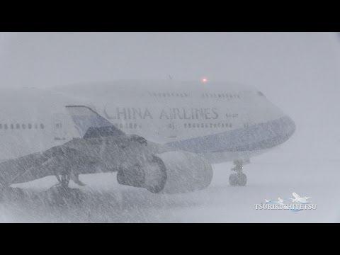 Смотреть ついに再生150万回突破!!超絶!!猛吹雪の新千歳空港 China Airlines B747-400 離陸@A10 New Chitose Japan онлайн