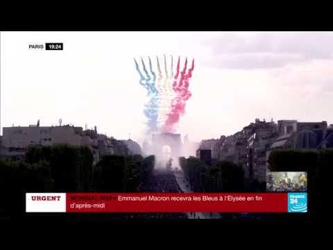La Patrouille de France survole le bus de l'équipe de France de football